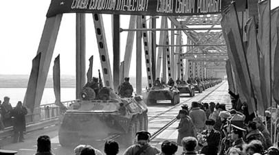 Военнослужащие СССР на бронетехнике покидают Афганистан
