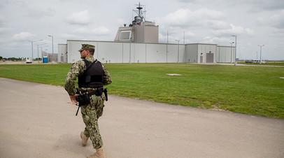 Американский военнослужащий охраняет территорию системы Aegis Ashore в Румынии