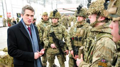 Министр обороны Великобритании Гэвин Уильямсон во время встречи с британскими военными