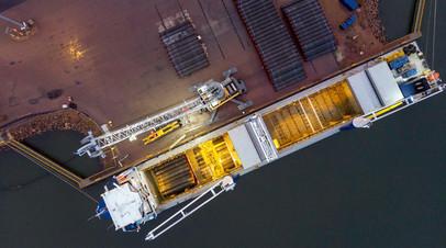Погрузка труб для транспортировки в порту Котка