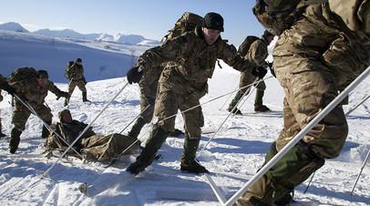 Британские морпехи во время учений на базе Бардуфосс, Норвегия