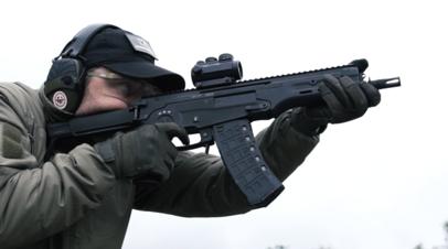 Сотрудник концерна «Калашников» ведёт стрельбу из АМ-17