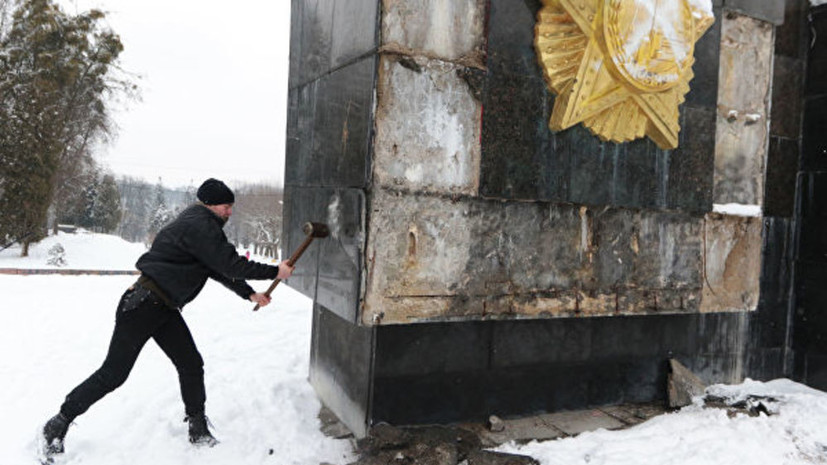 Во Львове демонтировали Монумент Славы советским воинам