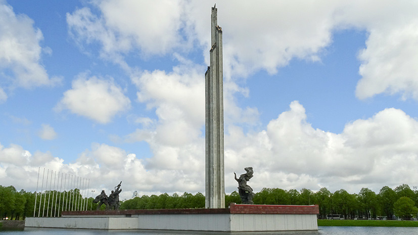 «Реверанс в сторону фашизма»: как в Латвии собирают подписи за снос Памятника освободителям Риги