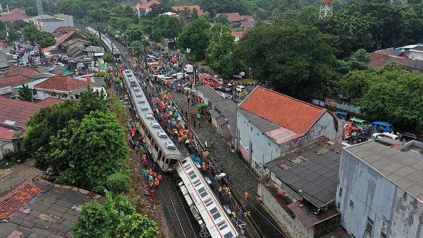 В Индонезии при сходе поезда с рельсов пострадали не менее 17 человек