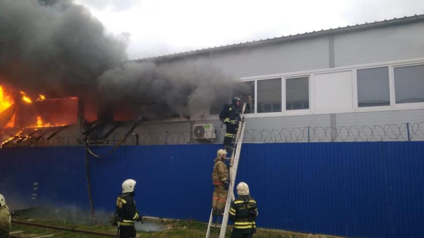 В Краснодаре ликвидировали открытое горение на складе с полиэтиленом