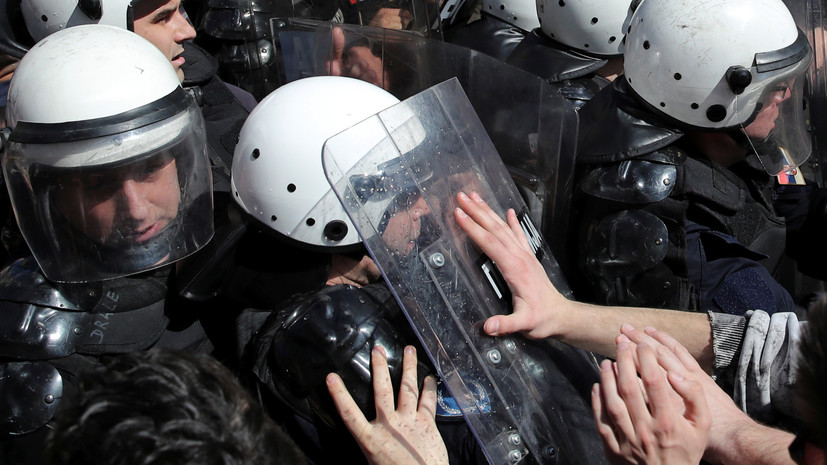 В Белграде митингующие прорвали оцепление перед резиденцией президента