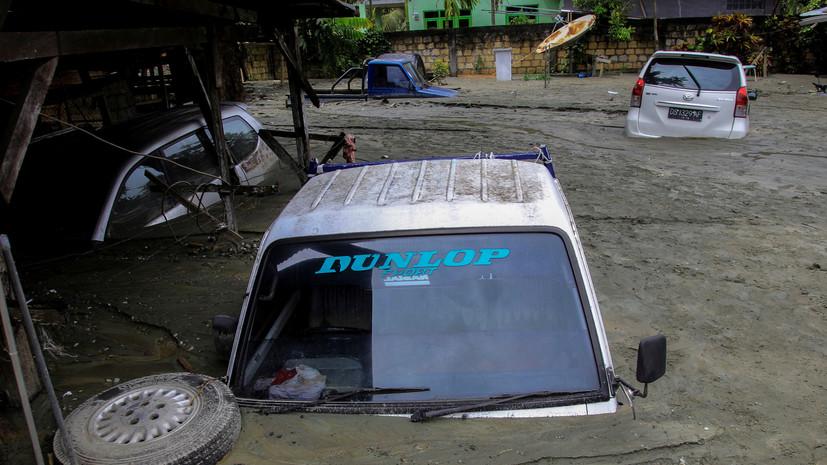 Число жертв наводнений в Индонезии достигло 77