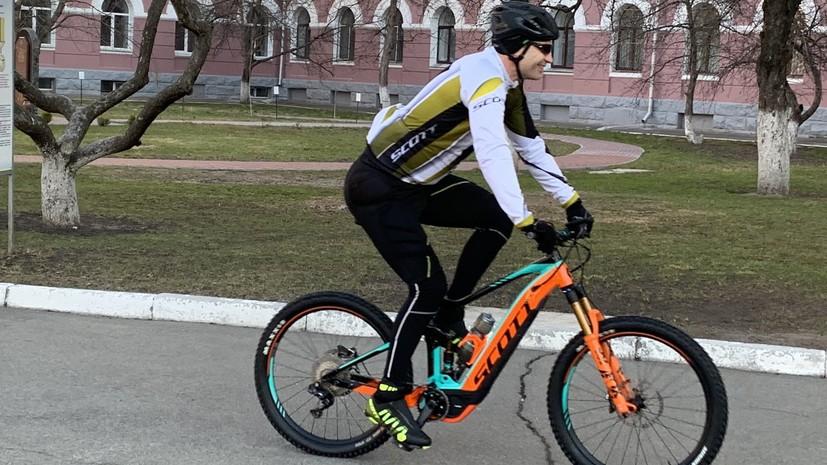 Кличко приехал на избирательный участок на велосипеде