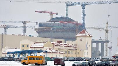 Строящаяся атомная электростанция типа АЭС-2006. Стройплощадка расположена у северо-западной границы Белоруссии в 18 километрах от города Островец Гродненской области.
