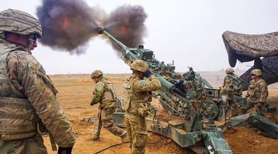 Американские солдаты ведут огонь из буксируемой гаубицы M777 Howitzer