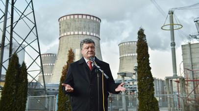 Президент Украины Пётр Порошенко во время посещения Ровенской атомной электростанции в Кузнецовске