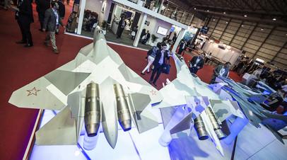 Макеты российских истребителей Т-50 и Су-35 на стенде ПАО «Объединённая авиастроительная корпорация» на международной авиационно-космической выставке Dubai Airshow