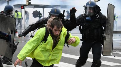 Полиция и протестующий во Франции