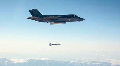 Самолёт F-35 Lightning II  выпускает ракету