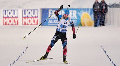 Александр Логинов на финише эстафеты среди мужчин на чемпионате мира по биатлону в шведском Эстерсунде