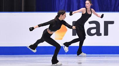 Евгения Медведева (слева) и Алина Загитова (справа)