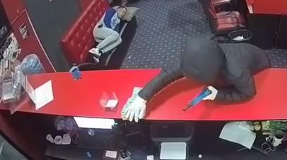 В Казахстане вооружённые грабители не заметили уснувшего на диване посетителя букмекерской конторы