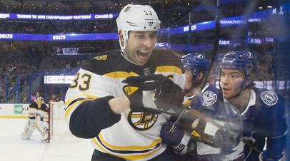 «Бостон» продлил контракт с самым возрастным защитником НХЛ Харой