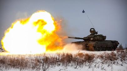 Российский танк ведёт стрельбу на полигоне