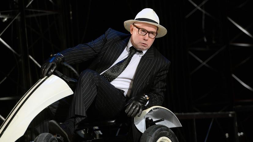 Виктор Сухоруков во время спектакля упал и сильно повредил руку