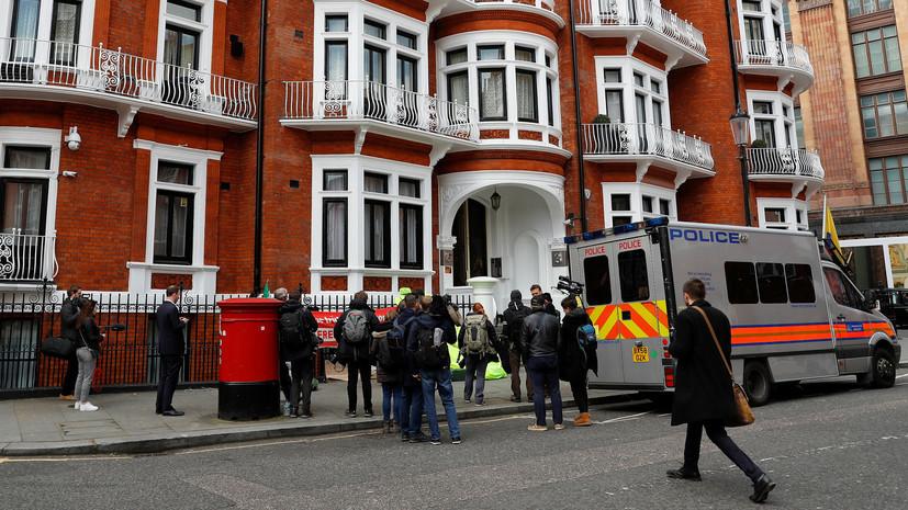 Эквадор приостановил гражданство Ассанжа
