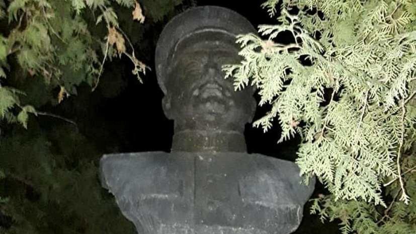 В Черниговской области националисты снесли бюст генералу Ватутину