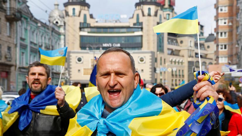 Колонна сторонников Порошенко пришла на его дебаты с Зеленским