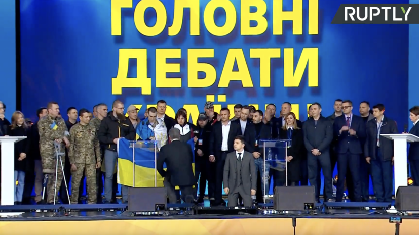 Зеленский и Порошенко встали на колени на дебатах