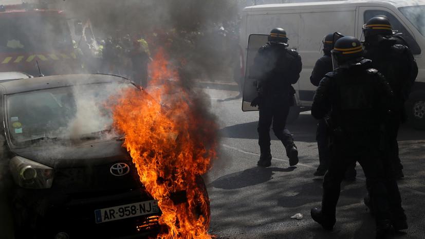 Во время протестов «жёлтых жилетов» в Париже неизвестные поджигают автомобили