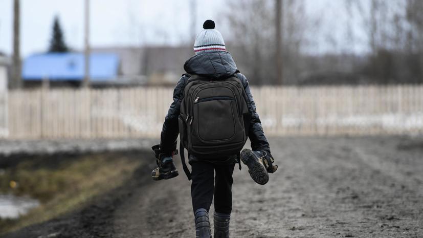 Засыпавшего ямы на дорогах Омска мальчика с лопаткой позвали на работу