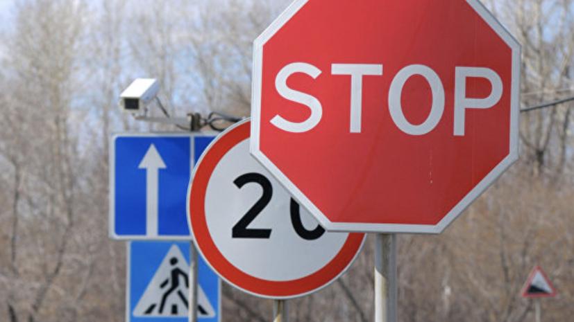 В Екатеринбурге проводят проверку по факту падения дорожного знака на подростка