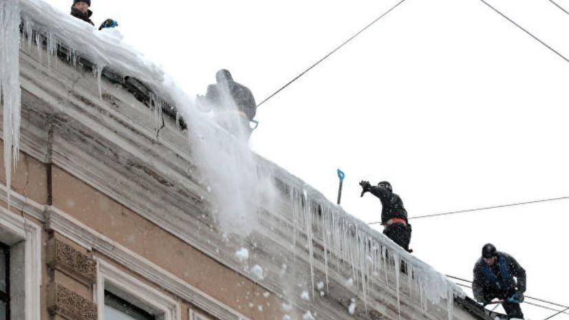 Два человека пострадали в результате падения снега с навеса в Екатеринбурге