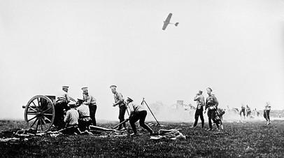 Русские артиллеристы заряжают пушку во время боя с германскими войсками в Первой мировой войне