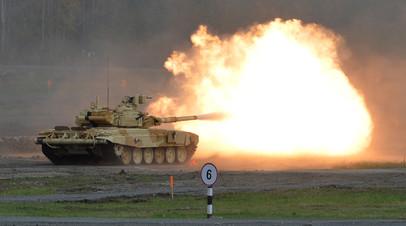 Т-90 ведёт стрельбу на полигоне