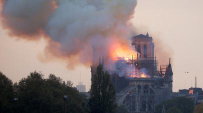 Пожар во французской столице: в горящем соборе Парижской Богоматери обрушилась крыша