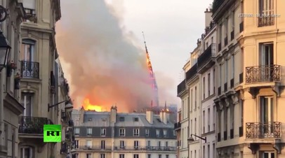 В Париже у горящего Нотр-Дам-де-Пари обрушился шпиль — видео