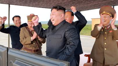 Архивное фото, Ким Чен Ын с военными на полигоне
