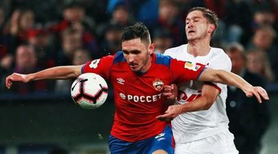 Футболисты Никита Чернов (ЦСКА) и Алексей Миранчук («Локомотив»)