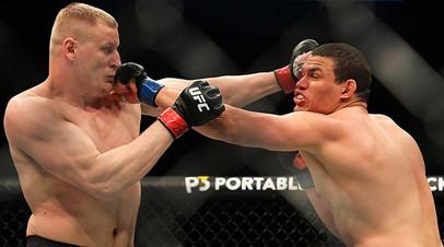 Сергей Павлович (Россия) (слева) и Марсело Голм (Бразилия) во время боя