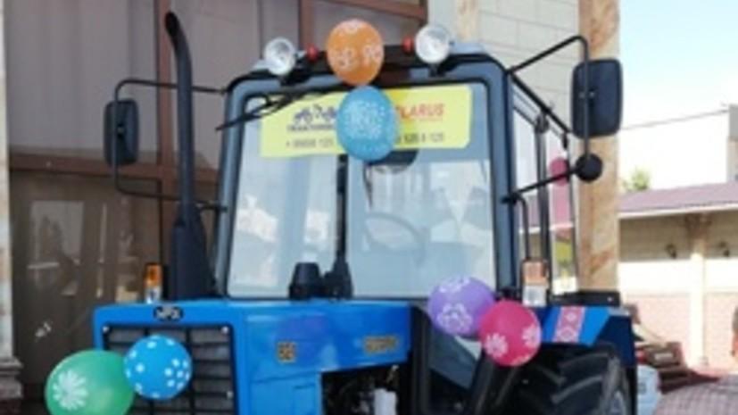 Посол Белоруссии подарил трактор столетнему ветерану в Узбекистане