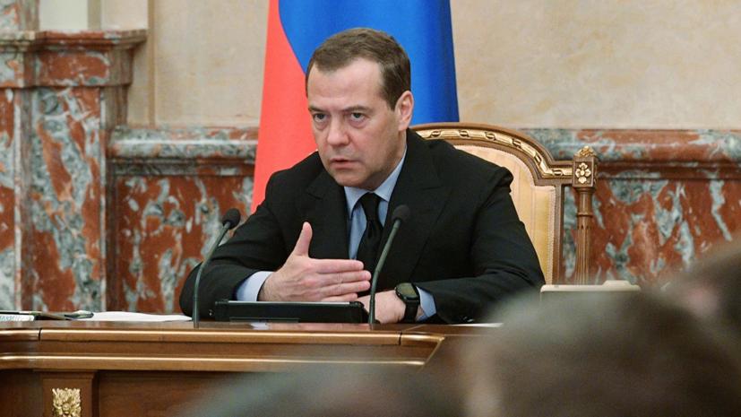 Медведев поручил подготовить предложения по совершенствованию авиаперевозок