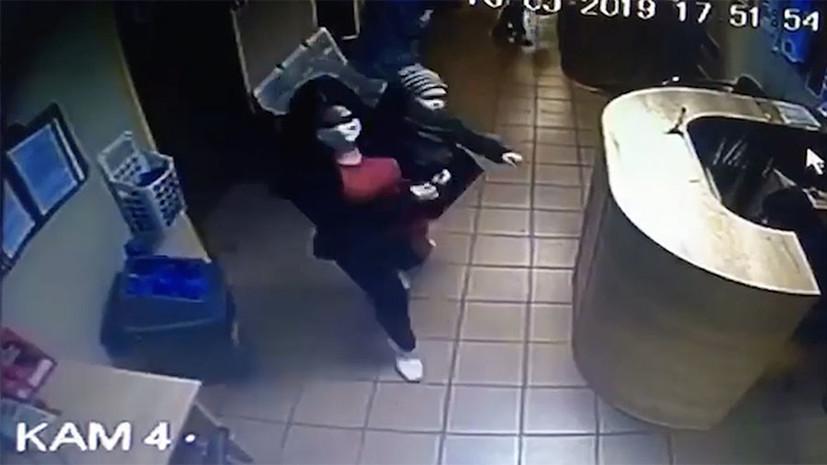 Лицо скрывала маска: в Москве разыскивают женщину, бросившую девочку в поликлинике