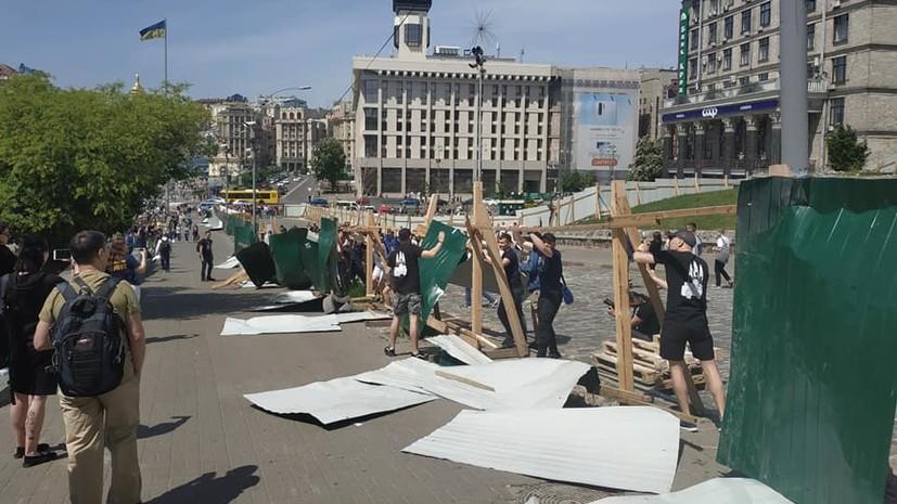 Радикалы сломали забор на аллее «небесной сотни» в Киеве