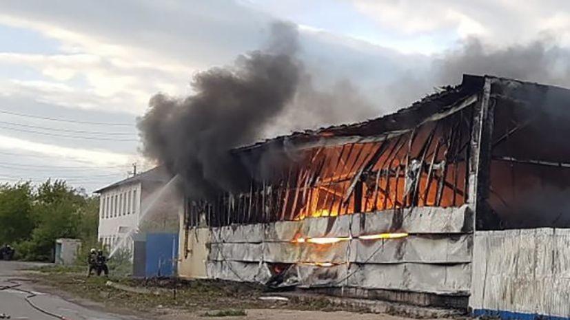 В Магнитогорске локализовали пожар в цехе с пластиковыми панелями