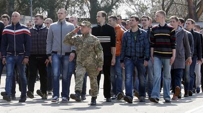 Архивное фото. Резервисты украинской армии во время марша