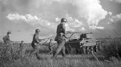 Советские бойцы под прикрытием танков идут в бой в районе реки Халхин-Гол