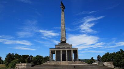 Сборная России по хоккею возложила цветы к мемориалу советским солдатам в Братиславе