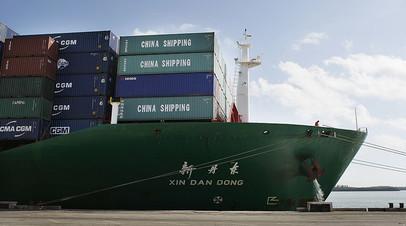 Китайский контейнеровоз в порту Майами