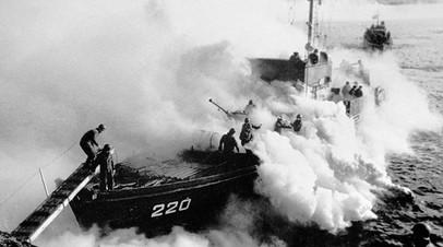 Корабли высадки прикрываются дымовой завесой после того, как бойцы сошли на берег. Киркенес, Норвегия